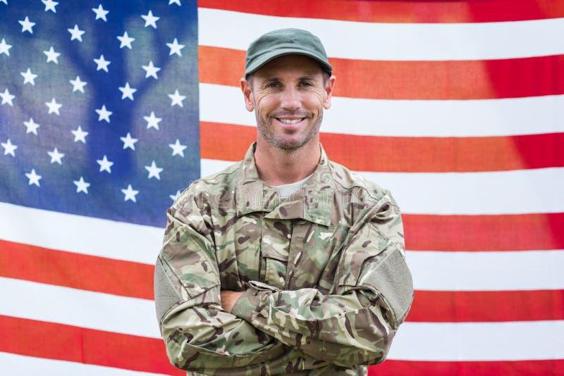 Soldado americano que guarda o sinal do recrutamento imagem de stock