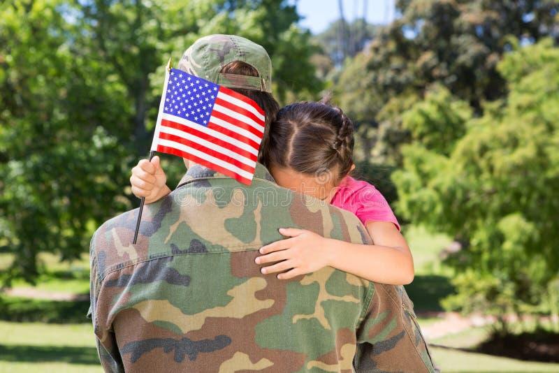 Soldado americano reunido com a filha foto de stock