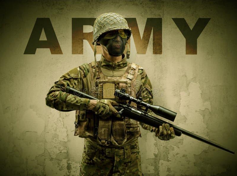 Soldado armado com fundo danificado da parede fotografia de stock royalty free