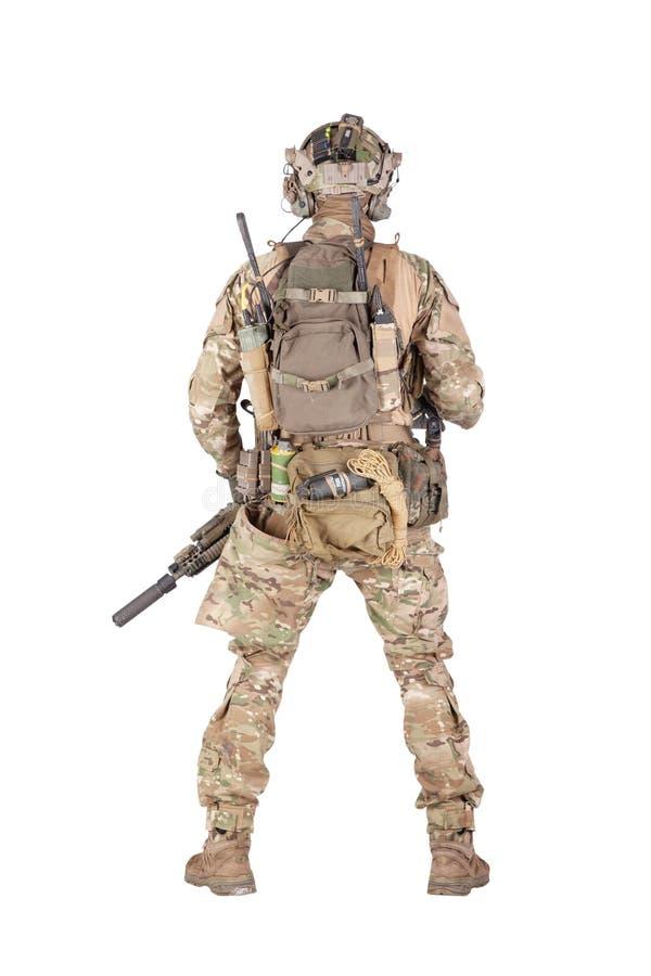 Soldado armado del ejército que coloca al revés el lanzamiento del estudio fotografía de archivo libre de regalías