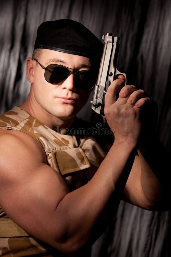 Soldado atlético com revólver fotos de stock royalty free