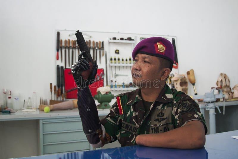 Soldado With Bionic Hand en Indonesia imágenes de archivo libres de regalías