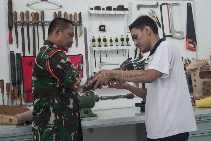 Soldado With Bionic Hand en Indonesia fotografía de archivo libre de regalías