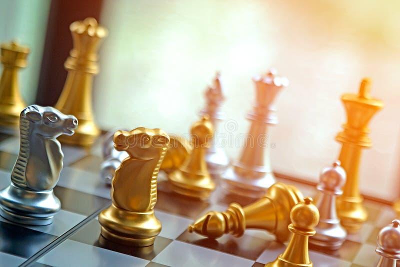 Soldado caído do penhor da batalha intensa do jogo de xadrez Vi enorme imagem de stock royalty free