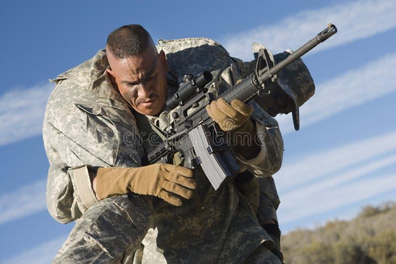 Soldado Carrying Wounded Colleague del Ejército de los EE. UU. fotos de archivo libres de regalías