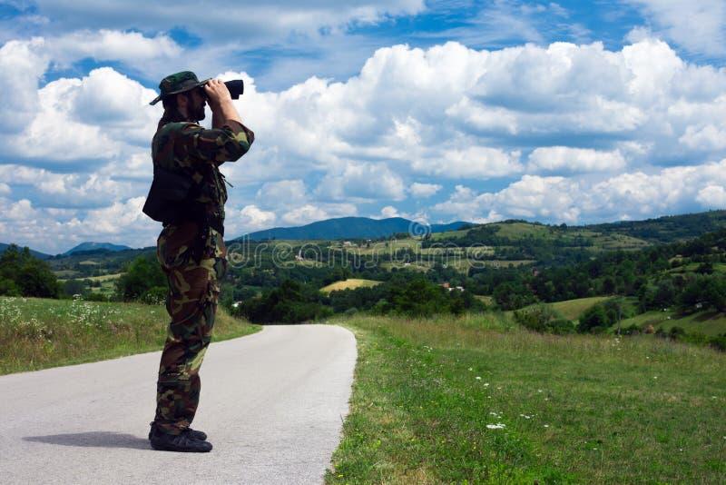 Soldado com binóculos fotos de stock