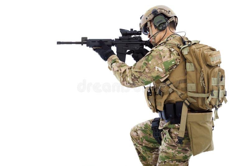 Soldado com o rifle ou o atirador furtivo, isolado no fundo branco foto de stock royalty free