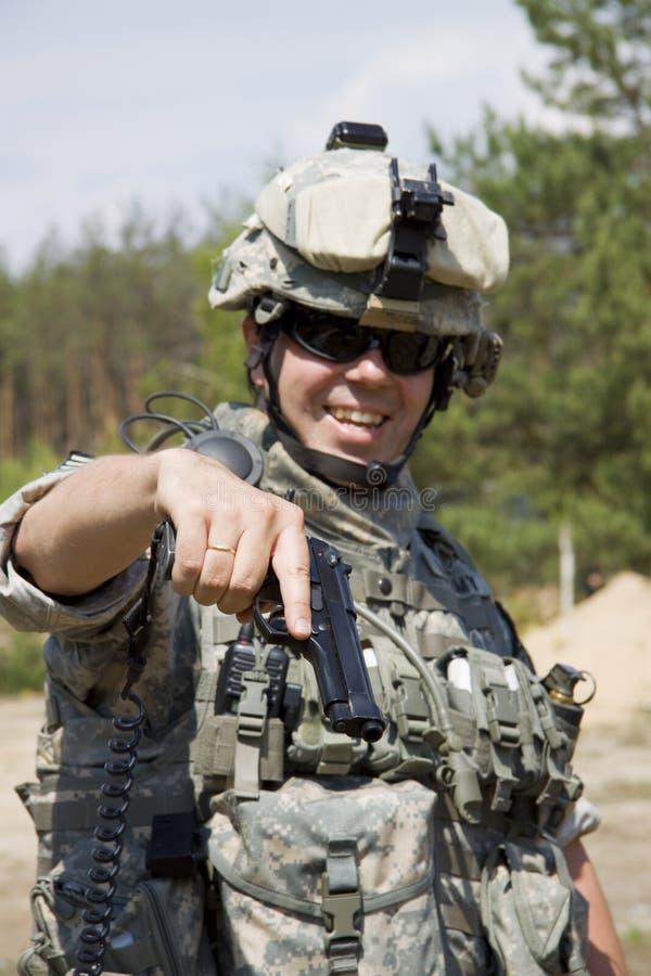 Soldado com pistola foto de stock
