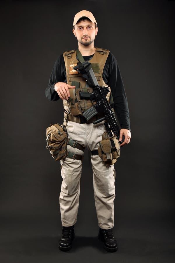 Soldado com rifle fotografia de stock royalty free