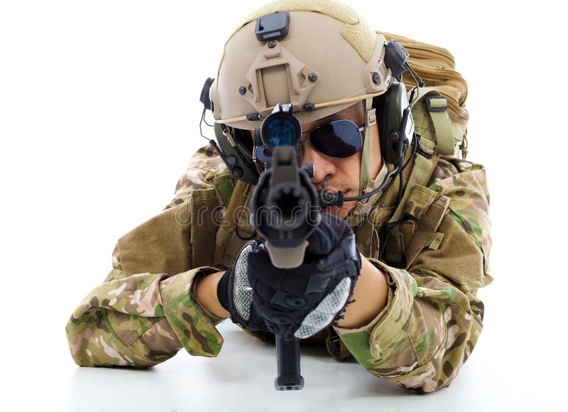 Soldado com rifle e encontro no assoalho sobre o fundo branco fotografia de stock royalty free