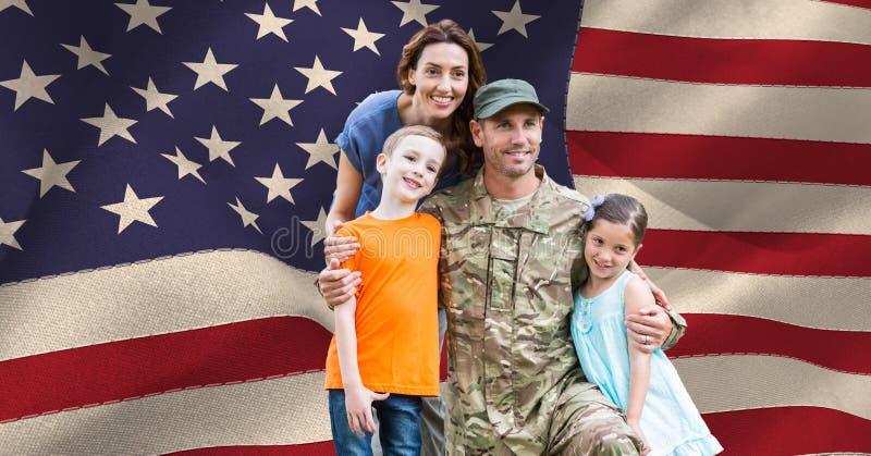 Soldado com sua família na frente da bandeira dos E.U. foto de stock royalty free
