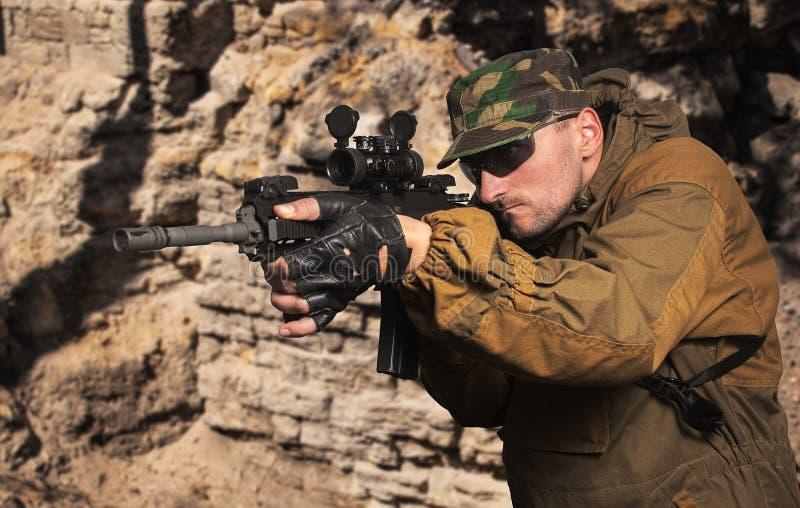 Soldado com uma espingarda de assalto automática fotografia de stock