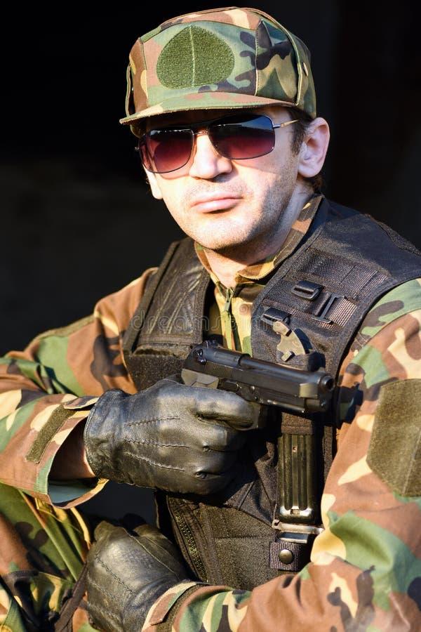 soldado con el arma imagenes de archivo