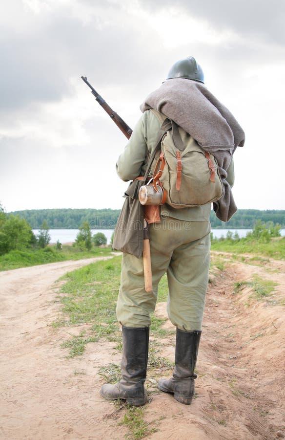 Soldado con el arma en la demostración a partir de la primera guerra mundial imagenes de archivo