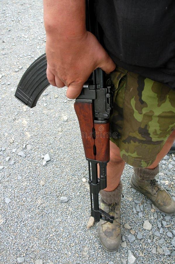Soldado con el rifle automático fotografía de archivo libre de regalías
