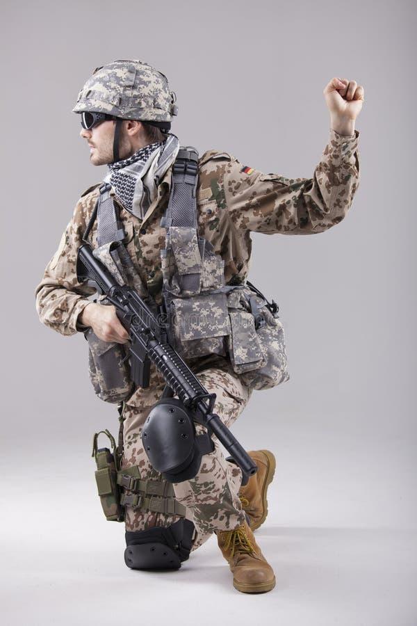 Soldado con gesure amonestador de la mano fotos de archivo