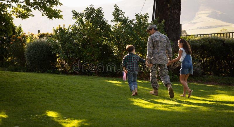 Soldado con hijos imagen de archivo libre de regalías