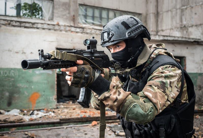 Soldado das Forças Especiais com arma imagens de stock royalty free