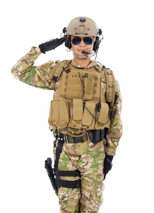 Soldado de Asia en uniforme militar que saluda sobre el fondo blanco foto de archivo