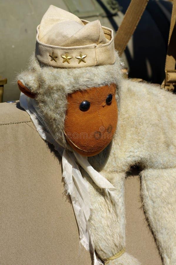Soldado de brinquedos do macaco engraçado imagens de stock