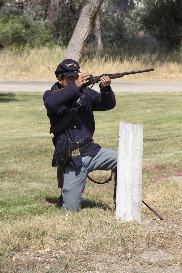 Soldado de caballería de antaño que enciende su arma fotos de archivo libres de regalías