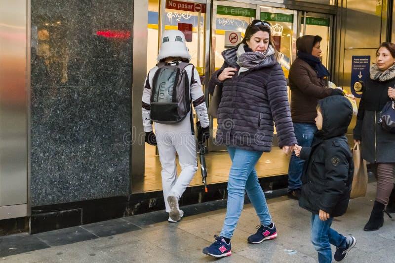 Soldado de caballería de tormenta que entra en el metro imagenes de archivo