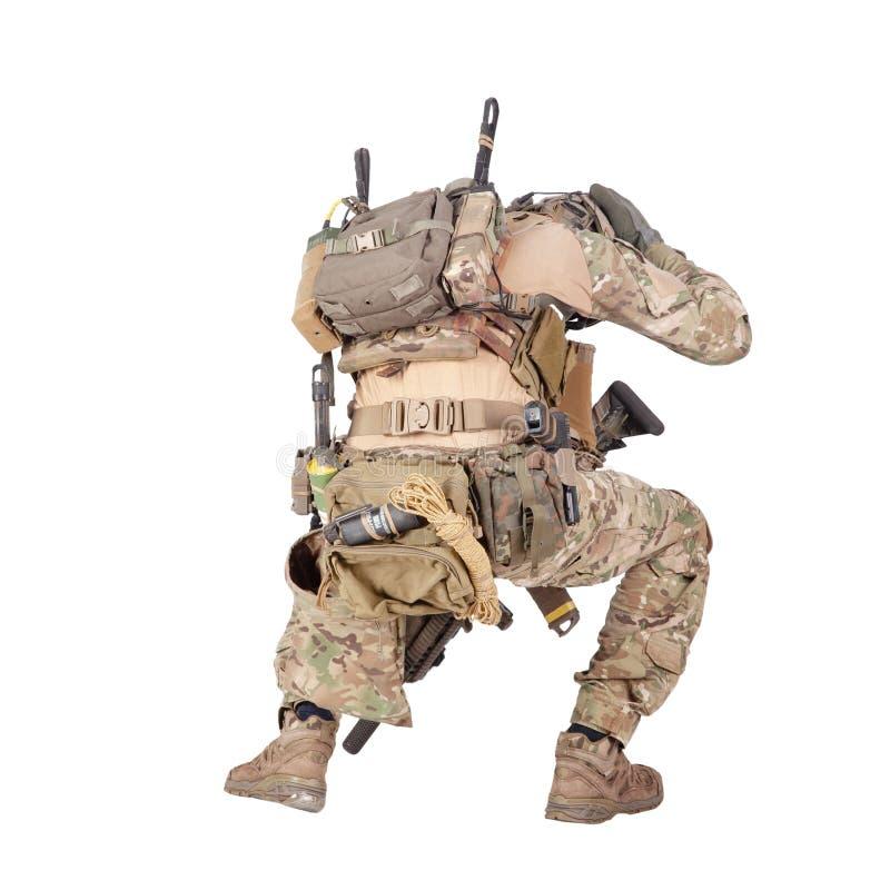 Soldado de infantería que oculta del lanzamiento del estudio de la explosión aislado en blanco fotografía de archivo