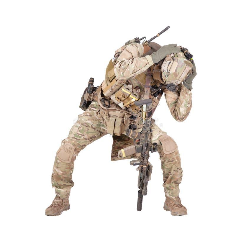 Soldado de infantería que oculta del lanzamiento del estudio de la explosión aislado en blanco fotos de archivo libres de regalías