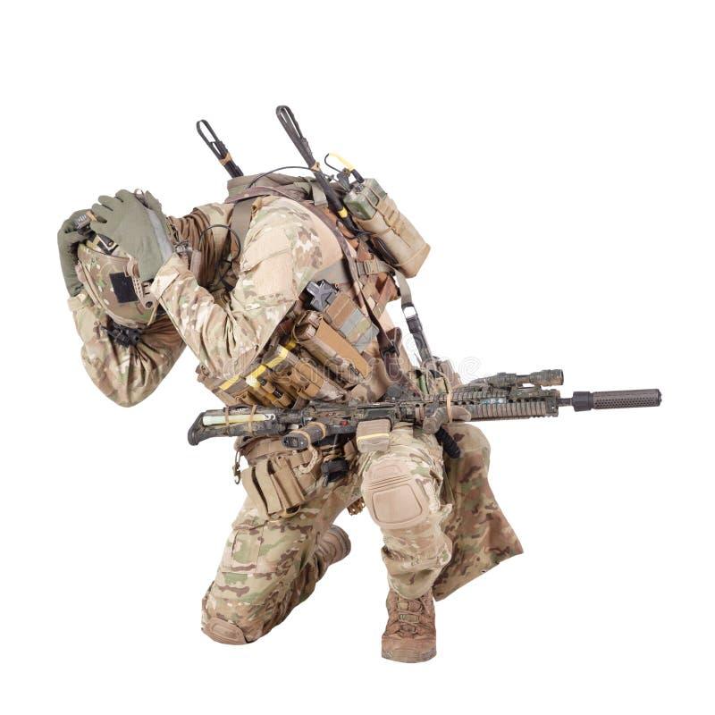 Soldado de infantería que oculta del lanzamiento del estudio de la explosión aislado en blanco imágenes de archivo libres de regalías