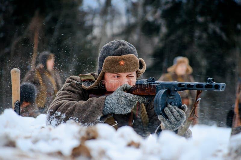 Soldado de la infantería del ejército rojo que tira su subfusil ametrallador de PPSh imagen de archivo