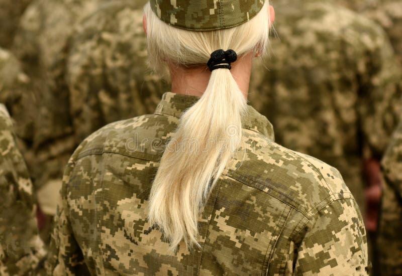 Soldado de la mujer Mujer en ejército imagenes de archivo