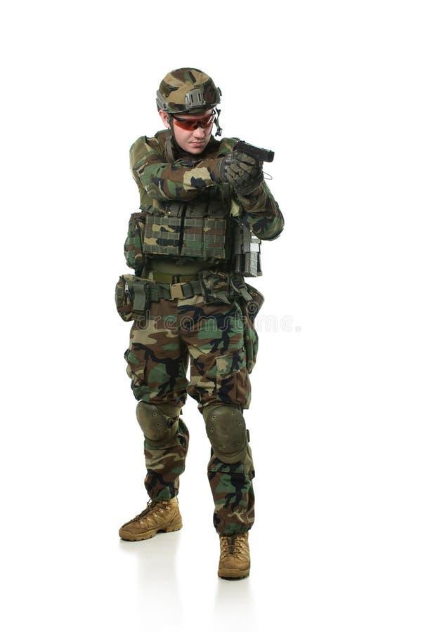 Soldado de la OTAN en engranaje lleno. foto de archivo