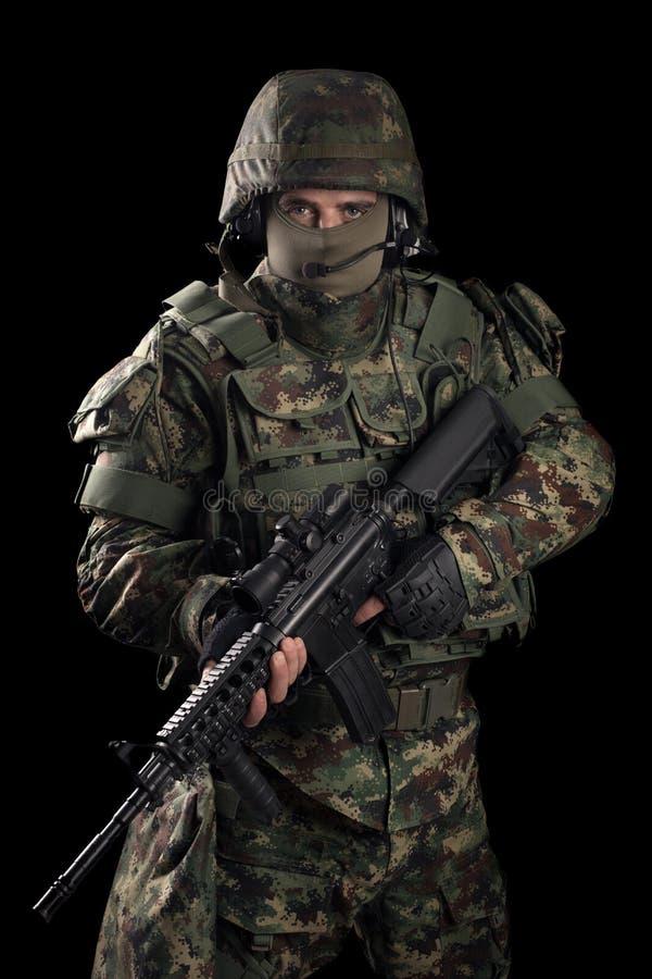 Soldado de las fuerzas especiales con el rifle en fondo oscuro fotografía de archivo libre de regalías
