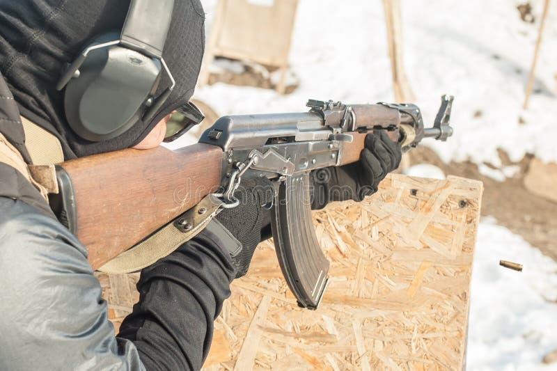Soldado de las fuerzas especiales en la acción, tiroteo de la ametralladora del rifle fotos de archivo