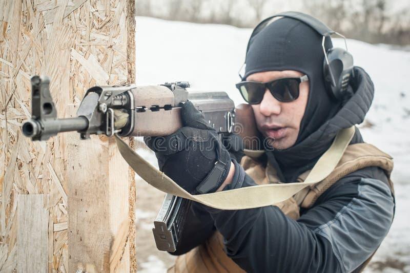 Soldado de las fuerzas especiales en la acci?n, tiroteo de la ametralladora del rifle imagen de archivo