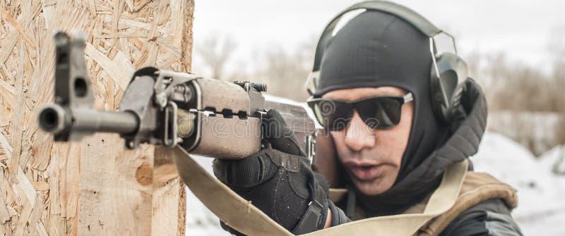 Soldado de las fuerzas especiales en la acci?n, tiroteo de la ametralladora del rifle fotos de archivo
