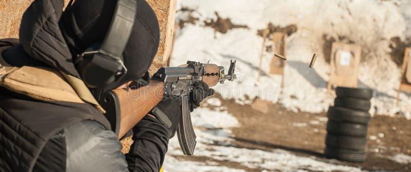 Soldado de las fuerzas especiales en la acci?n, tiroteo de la ametralladora del rifle fotografía de archivo libre de regalías