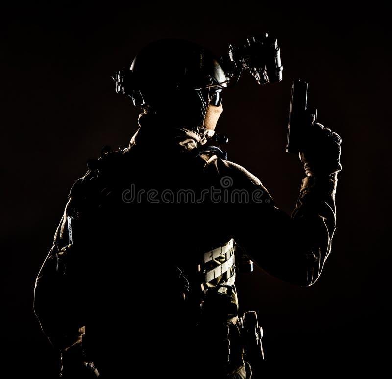 Soldado de las fuerzas especiales en la operación de noche secreta imágenes de archivo libres de regalías