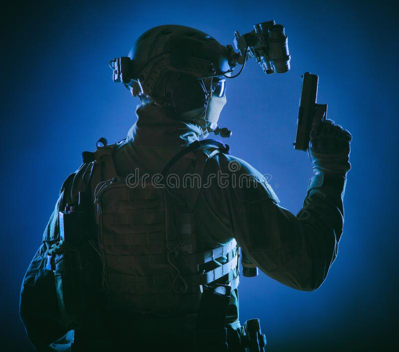 Soldado de las fuerzas especiales en la operación de noche secreta imagen de archivo