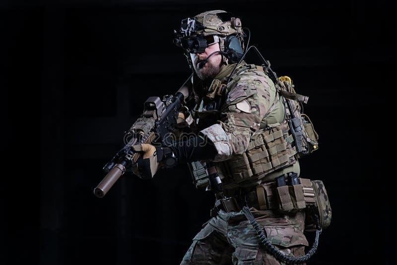 Soldado de los ops de espec. con el arma imagenes de archivo
