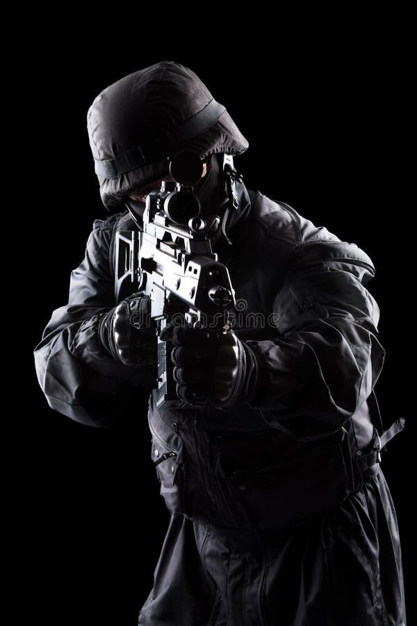 Soldado de los ops de espec. en fondo negro fotos de archivo libres de regalías