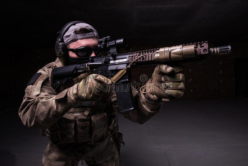 Soldado de los ops de espec. en máscara con el arma foto de archivo