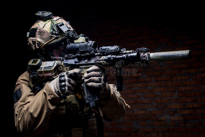 Soldado de los ops de espec. en uniforme con el rifle de asalto imagen de archivo libre de regalías