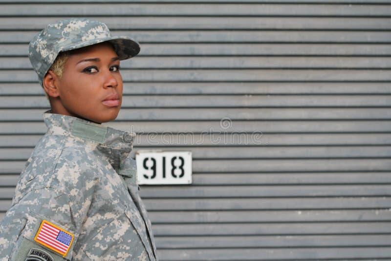 Soldado de sexo femenino negro orgulloso serio con el espacio para la copia imágenes de archivo libres de regalías