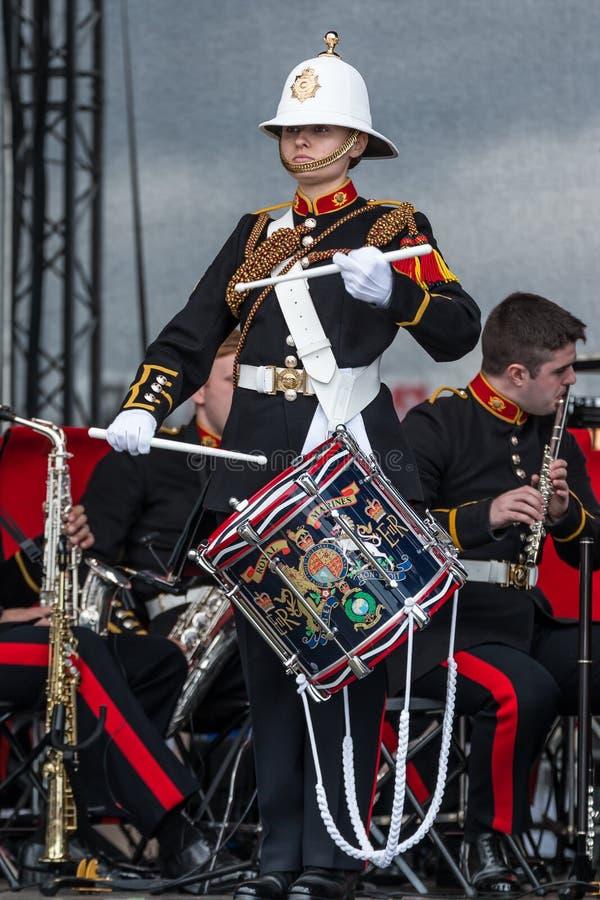 Soldado de sexo femenino que juega el tambor en la banda militar, Sunderland imagen de archivo libre de regalías