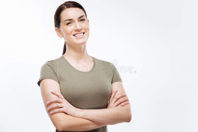 Soldado de sexo femenino vigoroso que sirve bien foto de archivo libre de regalías