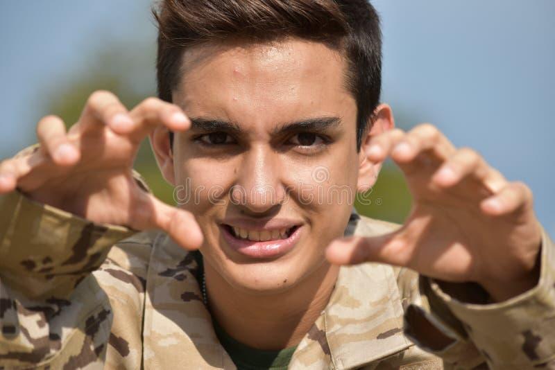 Soldado de sexo masculino asustadizo foto de archivo