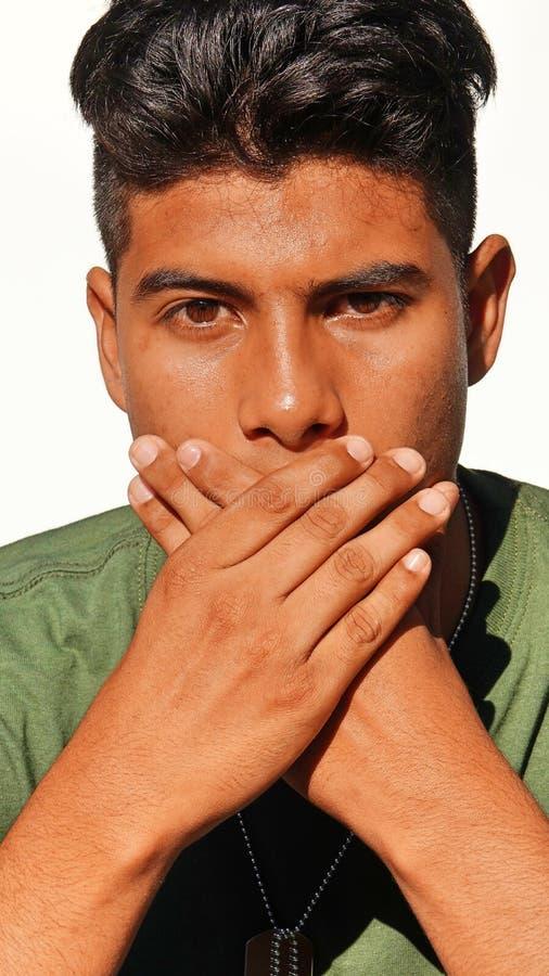 Soldado de sexo masculino colombiano joven avergonzado fotografía de archivo libre de regalías