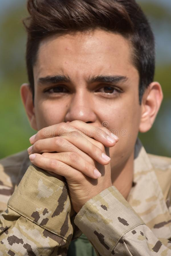 Soldado de sexo masculino esperanzado foto de archivo