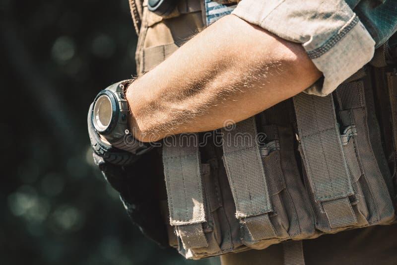 Soldado de sexo masculino que lleva un chaleco a prueba de balas y una camisa con las mangas cortas imágenes de archivo libres de regalías